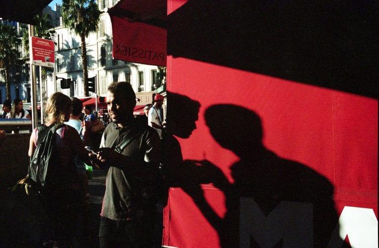 fotografía callejera, vida urbana, componiendo interacciones coloridas, con luces y sombras, por Chris Garvi en Marsella