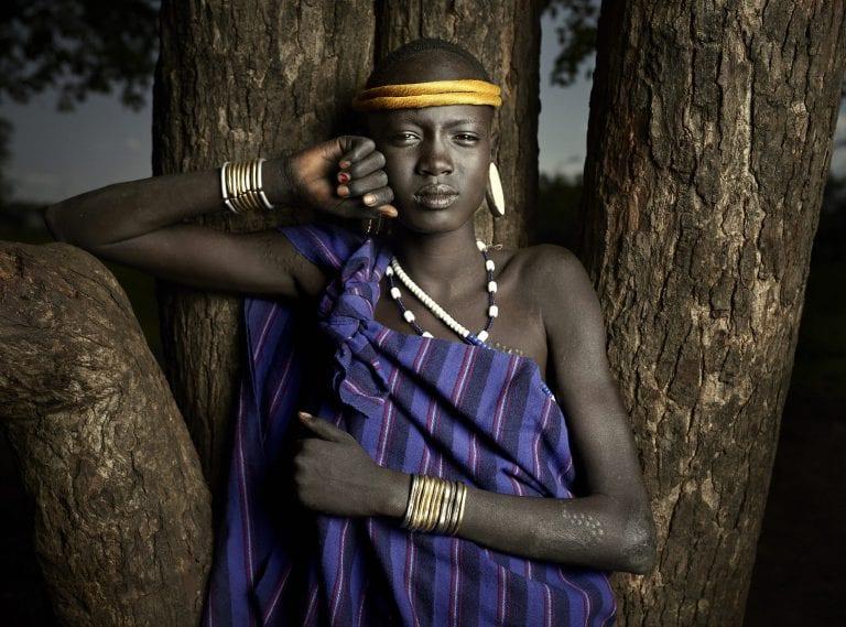 ritratto di un uomo di una tribù nella natura, valle dell'omo - Ken Hermann
