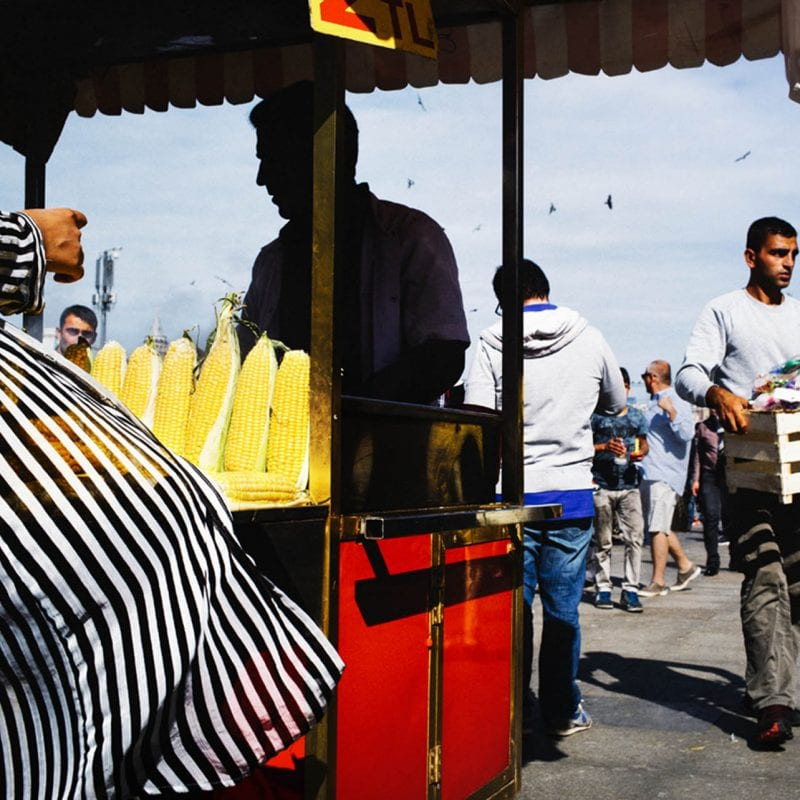 silueta estambul street photography en color por pierre belhassen