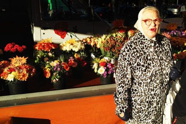 anciana con un abrigo de piel street photography, colorido, de Manuel Armenis