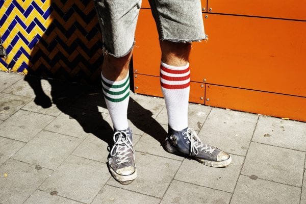 hombre de pie street photography, colorido, de Manuel Armenis