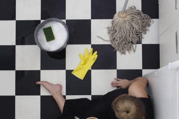 Donna sul modello quadrato alto punto di vista fotografia a colori di modelli dall'alto di Hayley Eichenbaum e Zach Swearingen