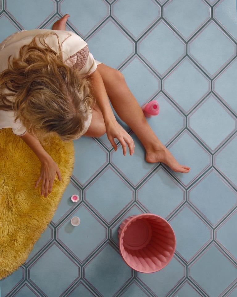 fotografia a colori dal punto di vista di una donna dall'alto di Hayley Eichenbaum e Zach Swearingen