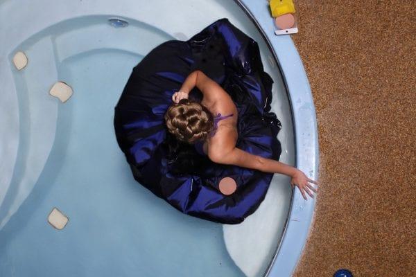 donna nella vasca da bagno blu fotografia di motivi dall'alto di Hayley Eichenbaum e Zach Swearingen