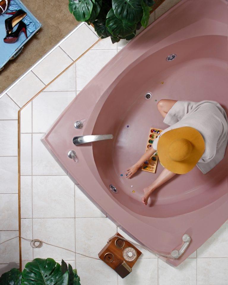 donna nella vasca da bagno fotografia a colori di motivi dall'alto di Hayley Eichenbaum e Zach Swearingen