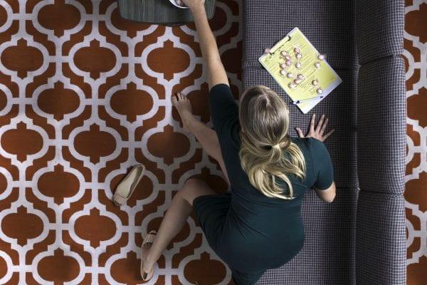 donna sul divano fotografia a colori di motivi dall'alto di Hayley Eichenbaum e Zach Swearingen