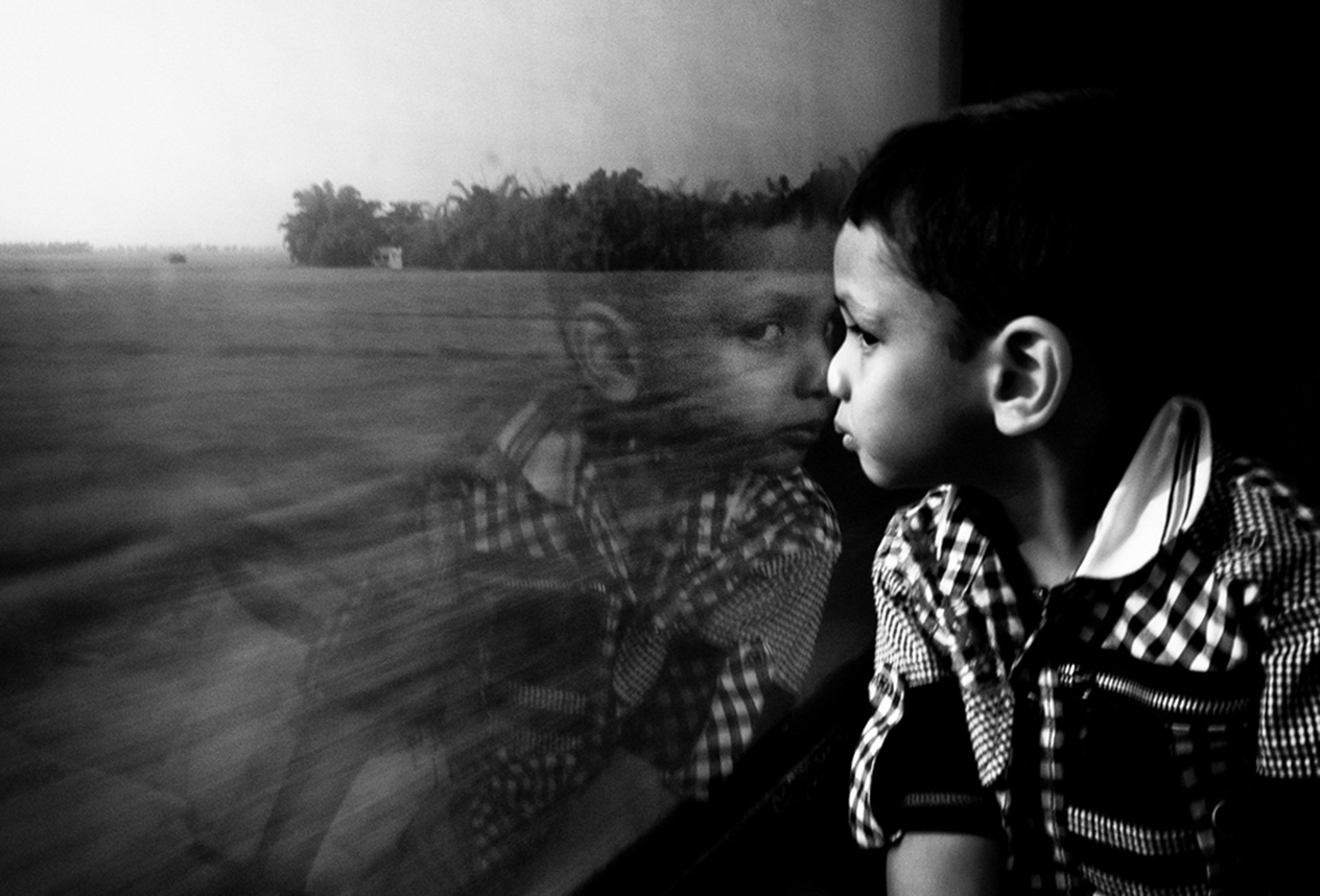 kid in train street photography by swarat ghosh