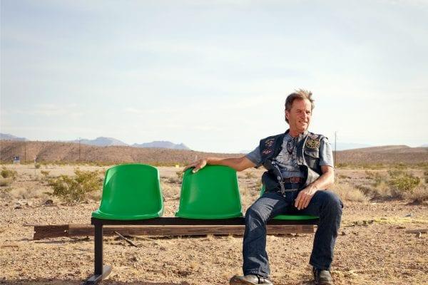 Vieil homme assis sur un banc vert, photographie de portrait couleur par dylan collard