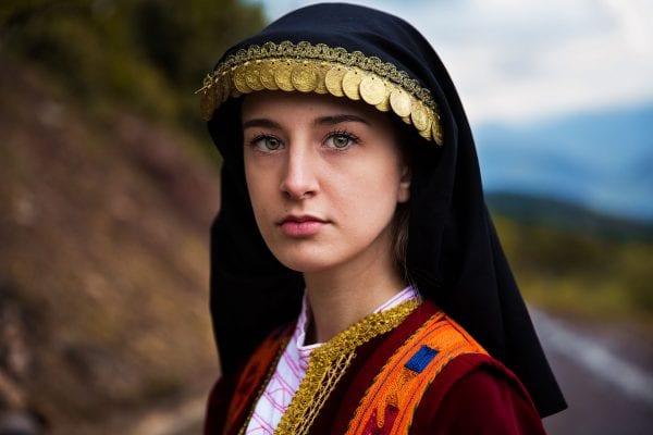Photographie de portrait femme Grèce en couleur par mihaela noroc, la série atlas de la beauté