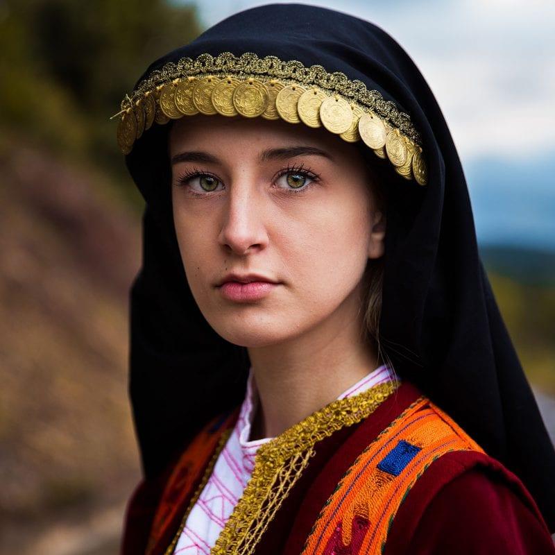 grecia ritratto di donna fotografia a colori di mihaela noroc, l'atlante della serie di bellezza