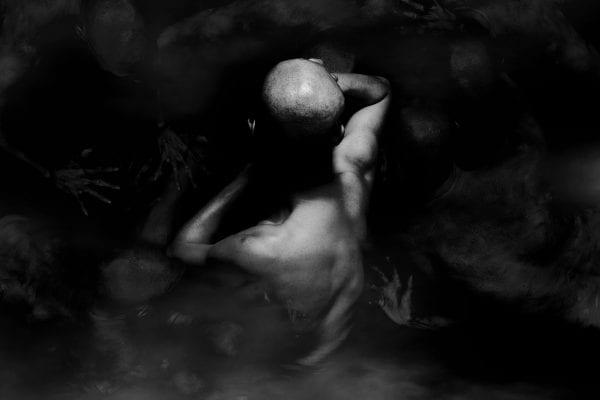 Photographie en noir et blanc de corps humains sur fond sombre par le photographe coréen Dongwook Lee