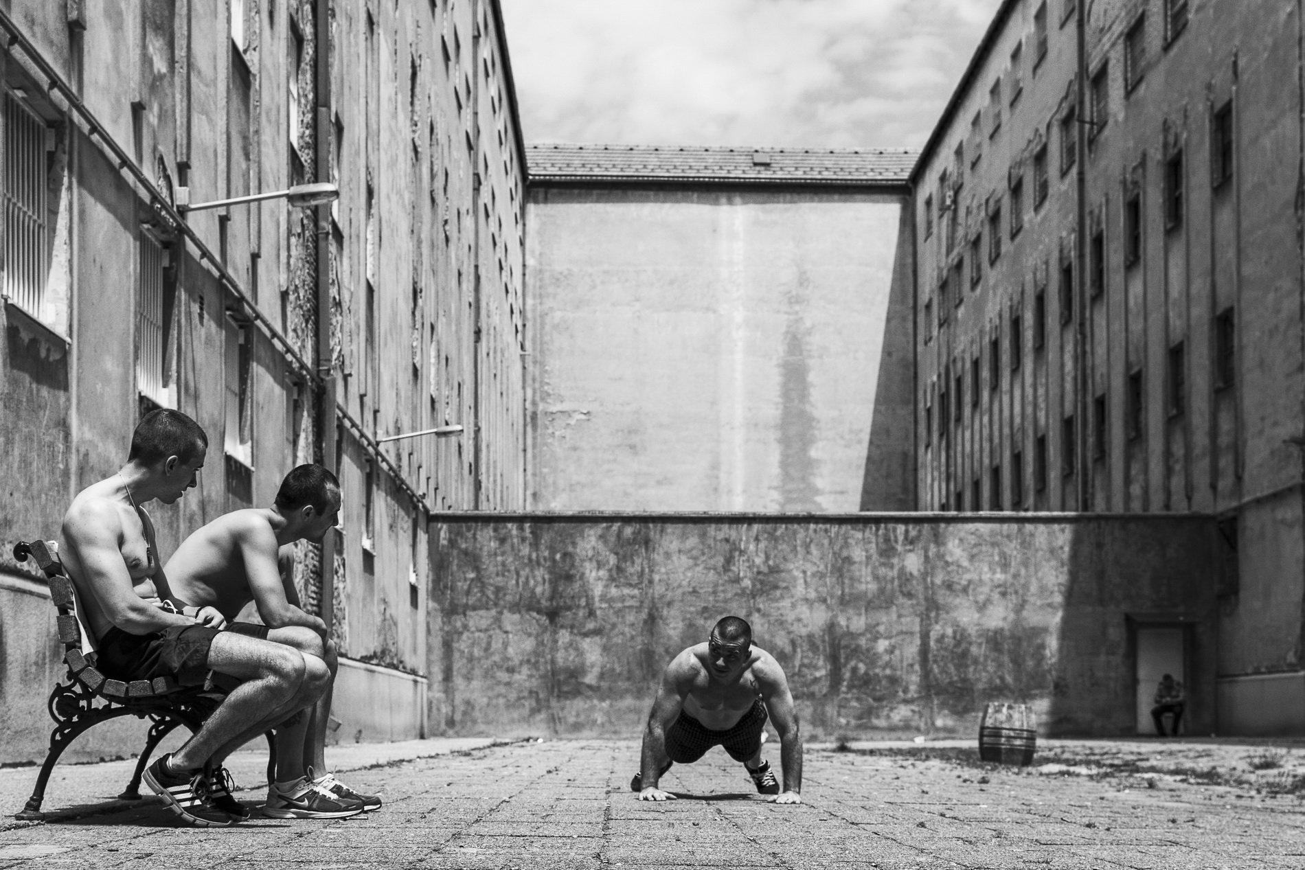 Black & White Fotografía de Igor Coko - Living Behind Bars