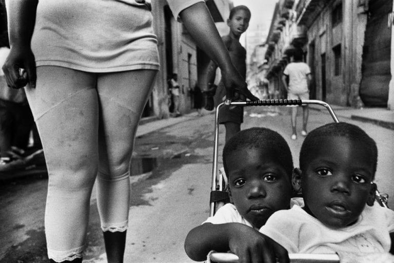 Fotografía callejera en blanco y negro de Bela Doka en Cuba durante el Periodo Especial, en La Habana 1994 1998