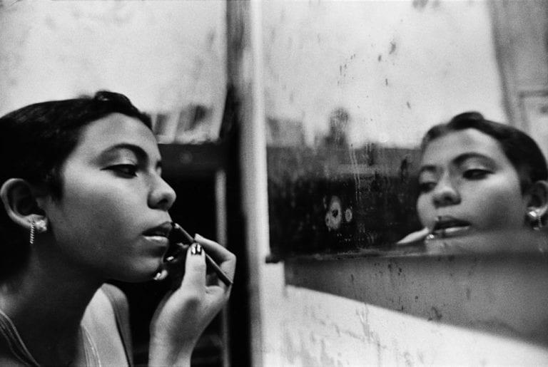 Retrato de mujer fotografía callejera en blanco y negro de Bela Doka en Cuba durante el Periodo Especial, en La Habana 1994 1998