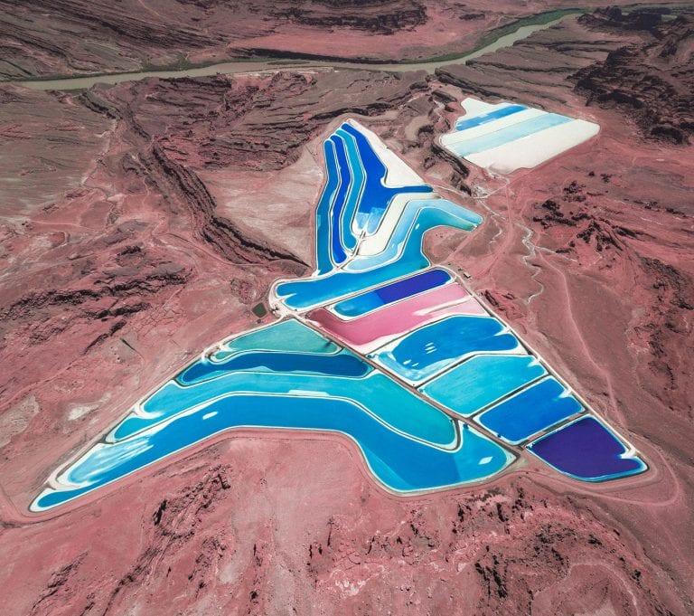 吴超本由无尽的色彩和电灯制成的超现实和空灵之美的科幻风景画