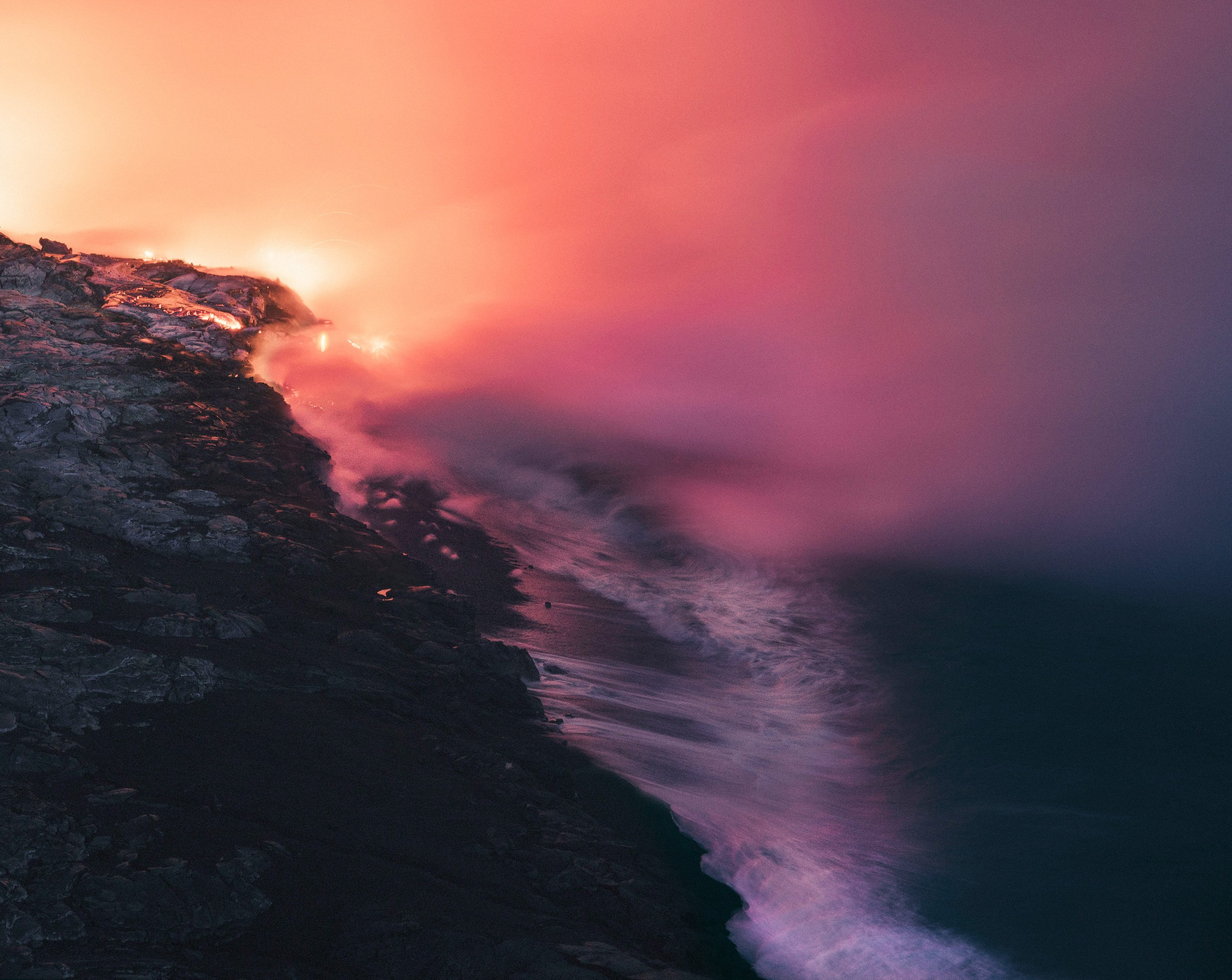 Immagine di paesaggio di fantascienza in un mondo di bellezza surreale ed eterea, fatta di infiniti colori e luce elettrica, di reuben wu