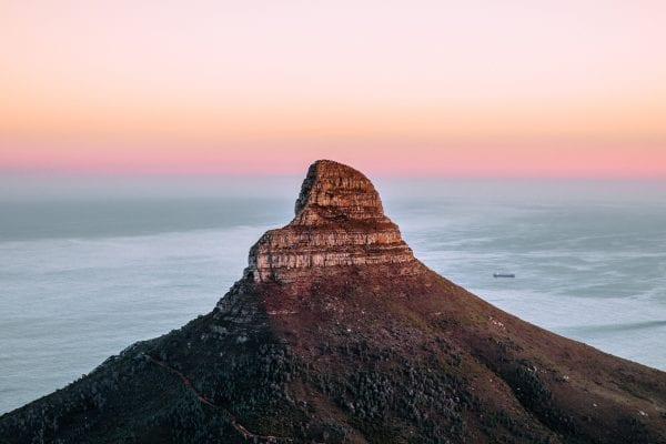 la cima di una montagna su una fotografia di paesaggio di Andrew ross