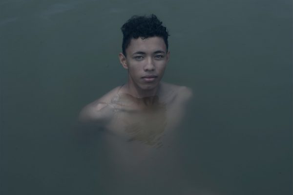 homme nageant dans l'eau projet photo à long terme, axé sur l'identité africaine au sein des communautés afro-américaines des Amériques et d'Europe, sur la Costa Chica