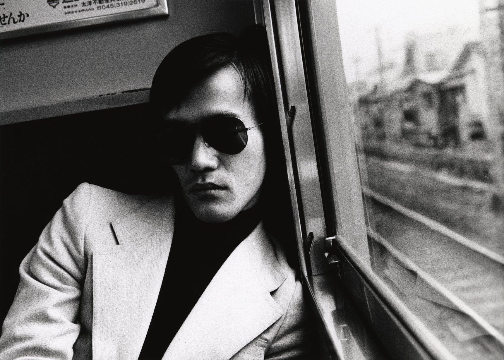 Uomo sul treno Fotografia in bianco e nero Daidō Moriyama