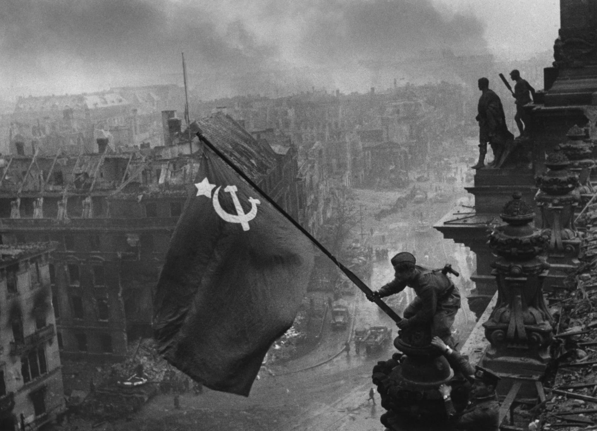 Jewgeni Khaldei - Sowjetischer Soldat hisst im Mai 1945 eine Flagge über dem Reichstag in Berlin