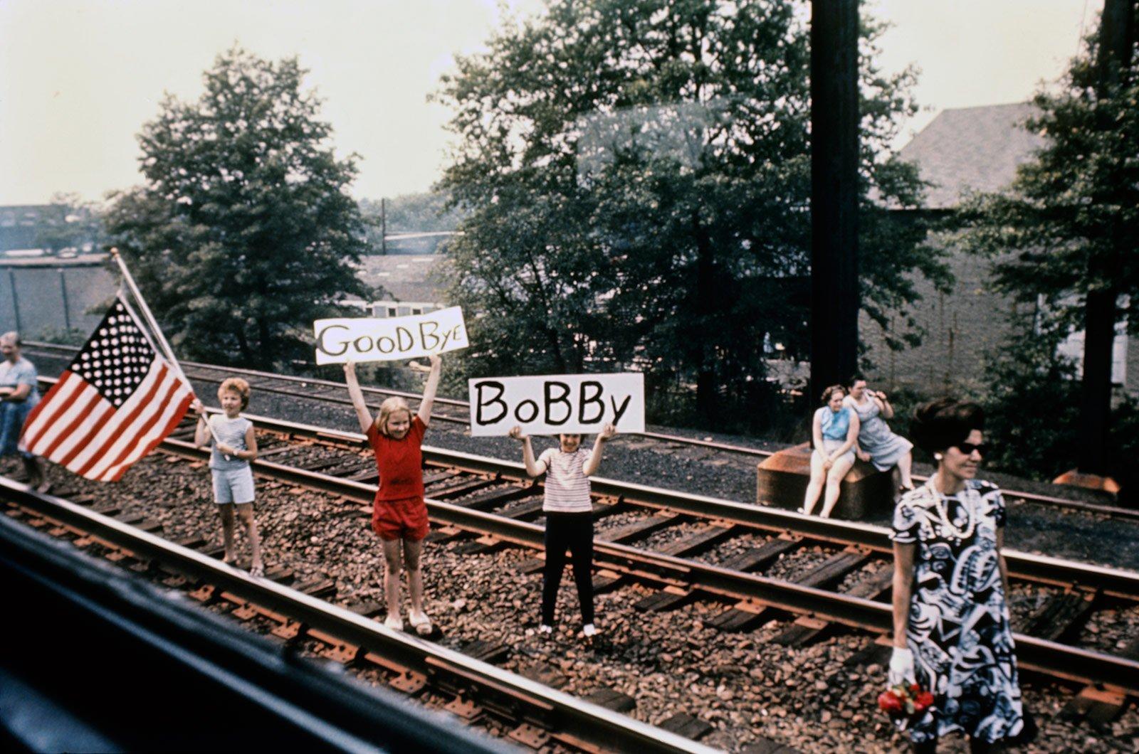 Vue depuis le train funéraire de Robert Kennedy © Paul Fusco Photography 1968
