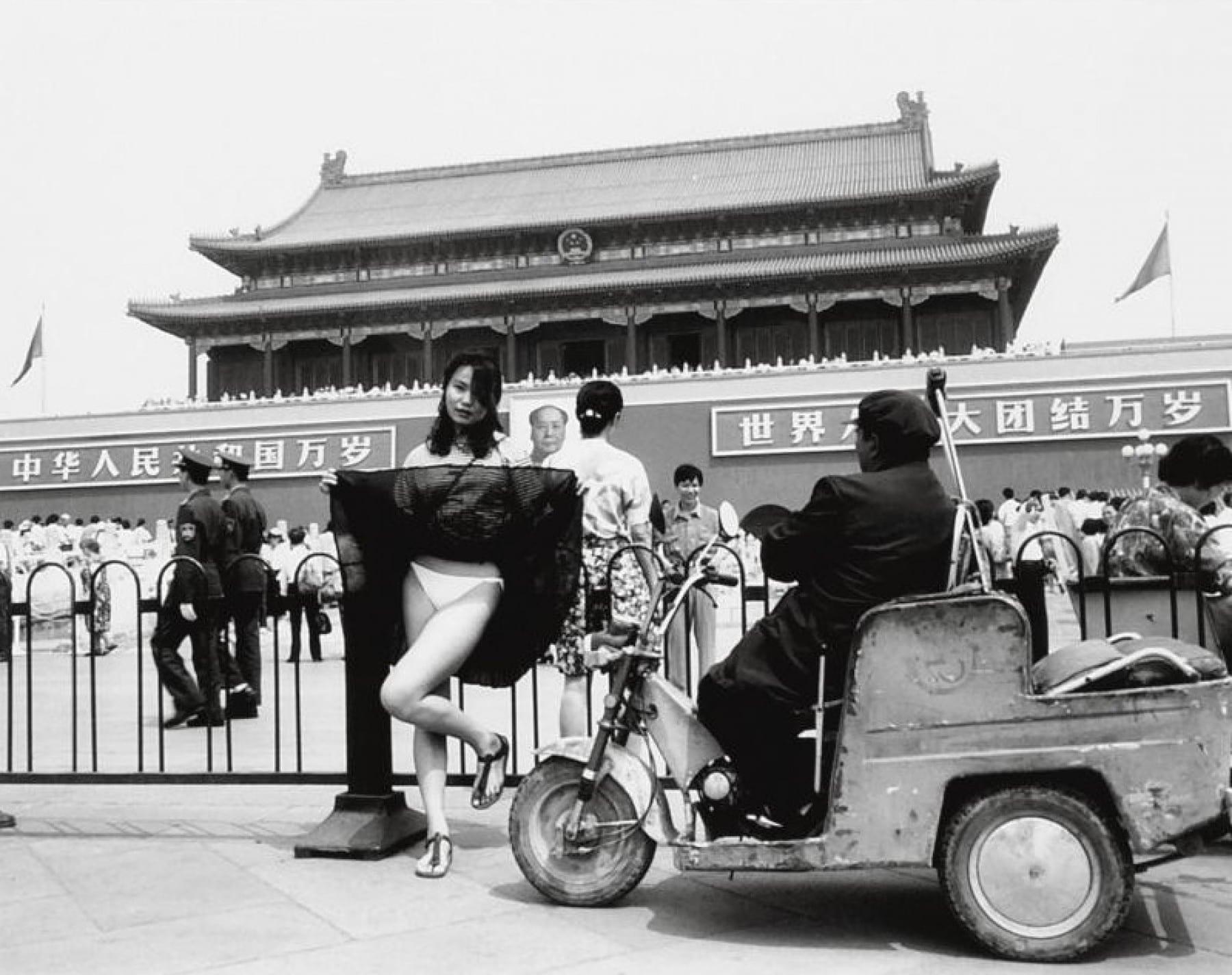 Lu Qing à la place Tiananmen, Pékin, 1994 Photographie de Chine noir et blanc