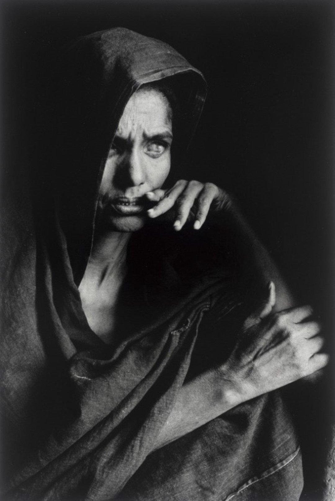 Ritratto in bianco e nero di una donna cieca Tuareg, Mali 1985 Sebastiao Salgado