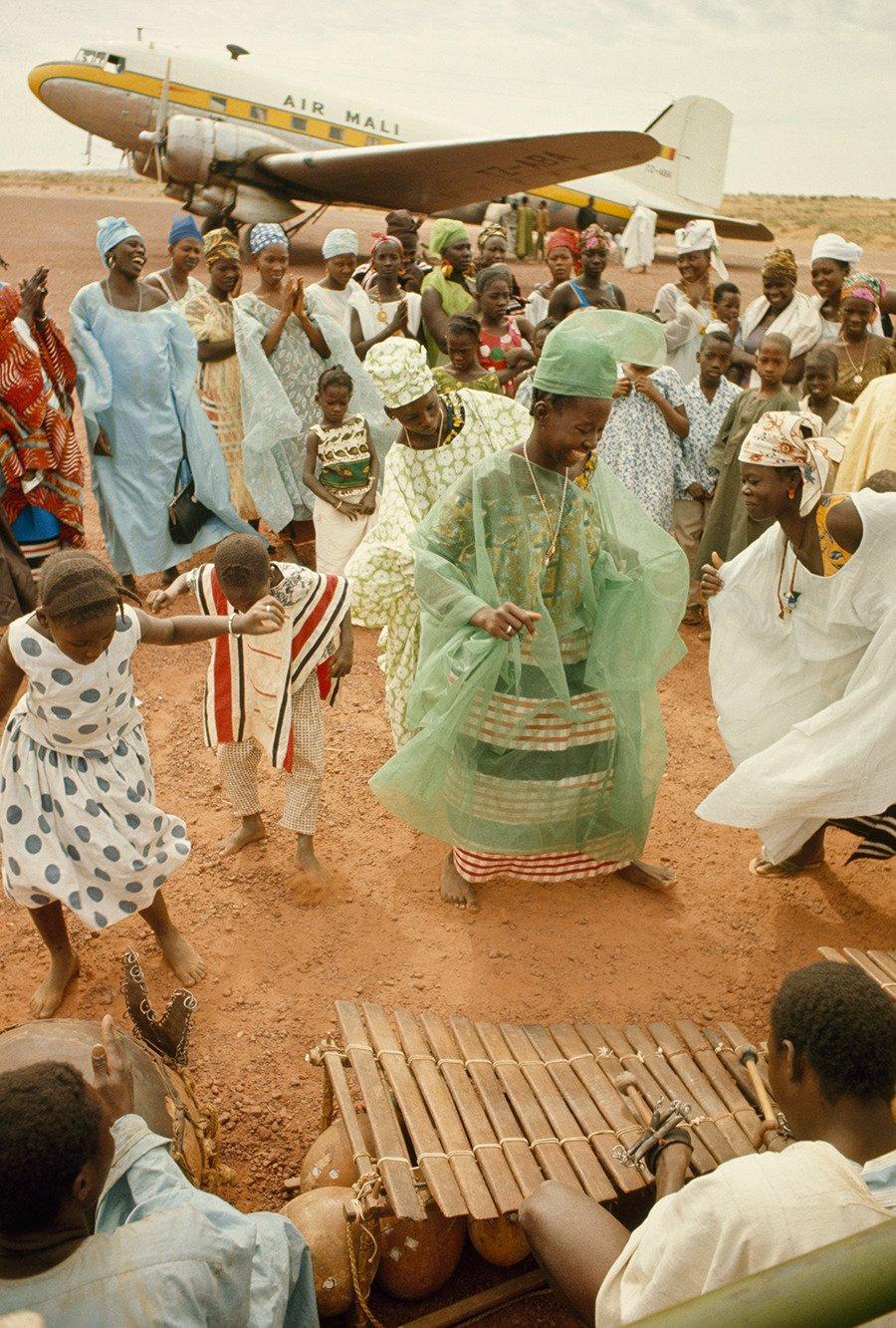 Gente che balla tradizionale fotografia di Colo James P. Blair - Mopti, Mali 1966
