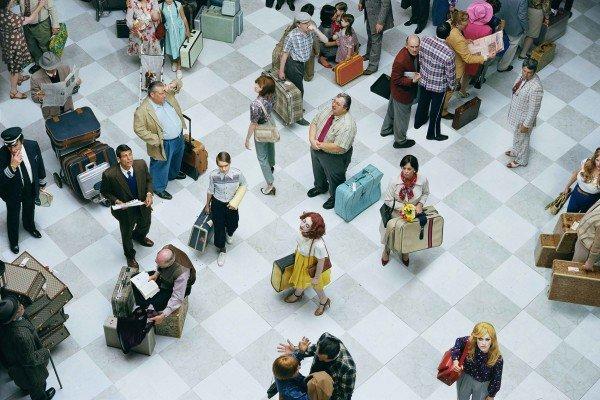 Fotografía en color de una multitud en el aeropuerto BUR por Alex Prager
