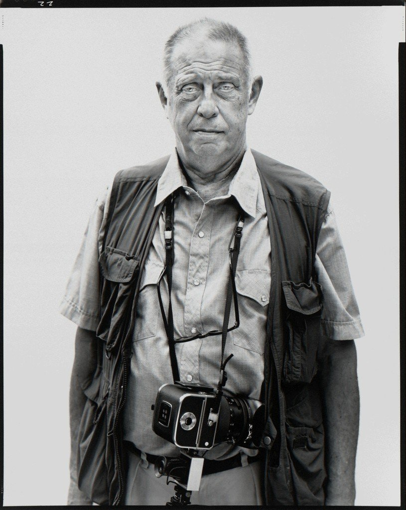 El legendario fotógrafo Lee Friedlander con su Hasselblad, Nueva York, 2002 © Richard Avedon