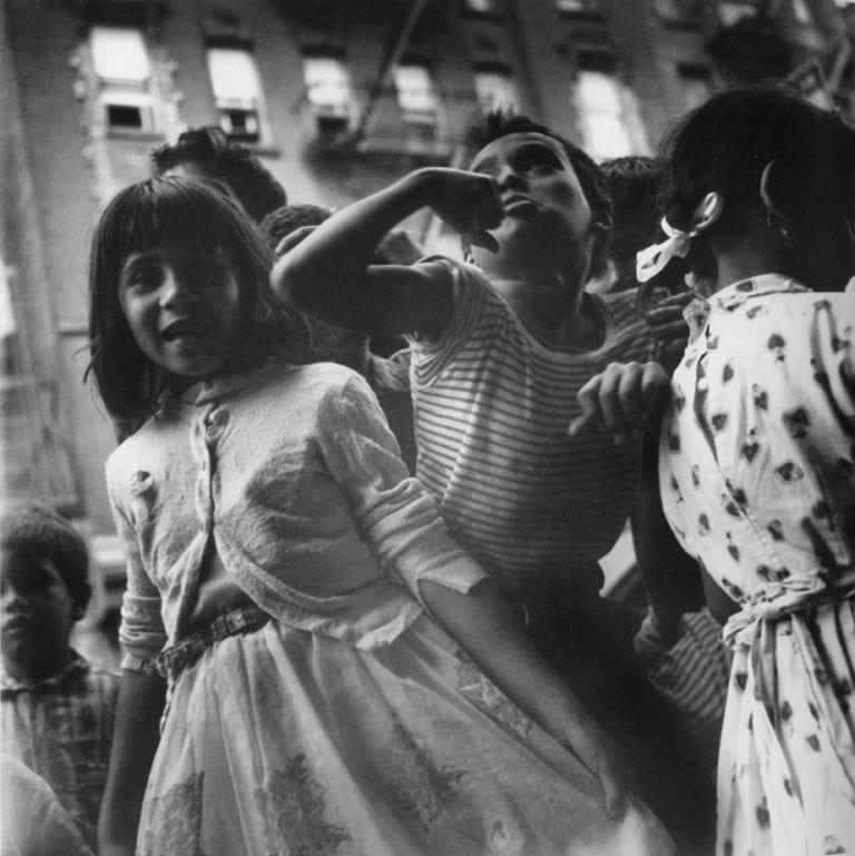 Kinder auf der Straße Lower East Side, New York City street photography, schwarz und weiß New York City, 1940er Jahre. © Rebecca Lepkoff - Mit freundlicher Genehmigung der Howard Greenberg Gallery