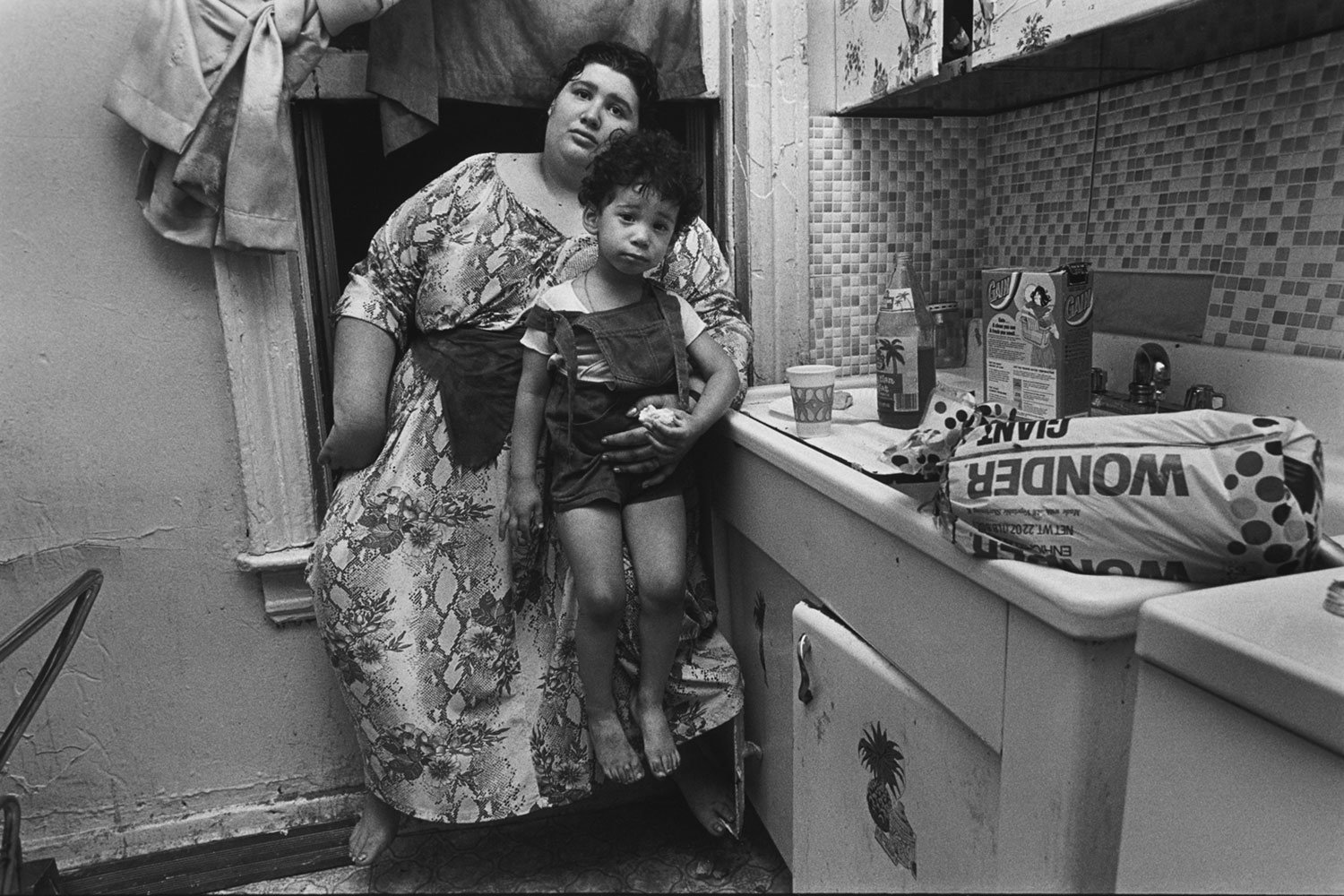 Jeanette's neighbors in their kitchen, Brooklyn, New York, 1979 © Mary Ellen Mark