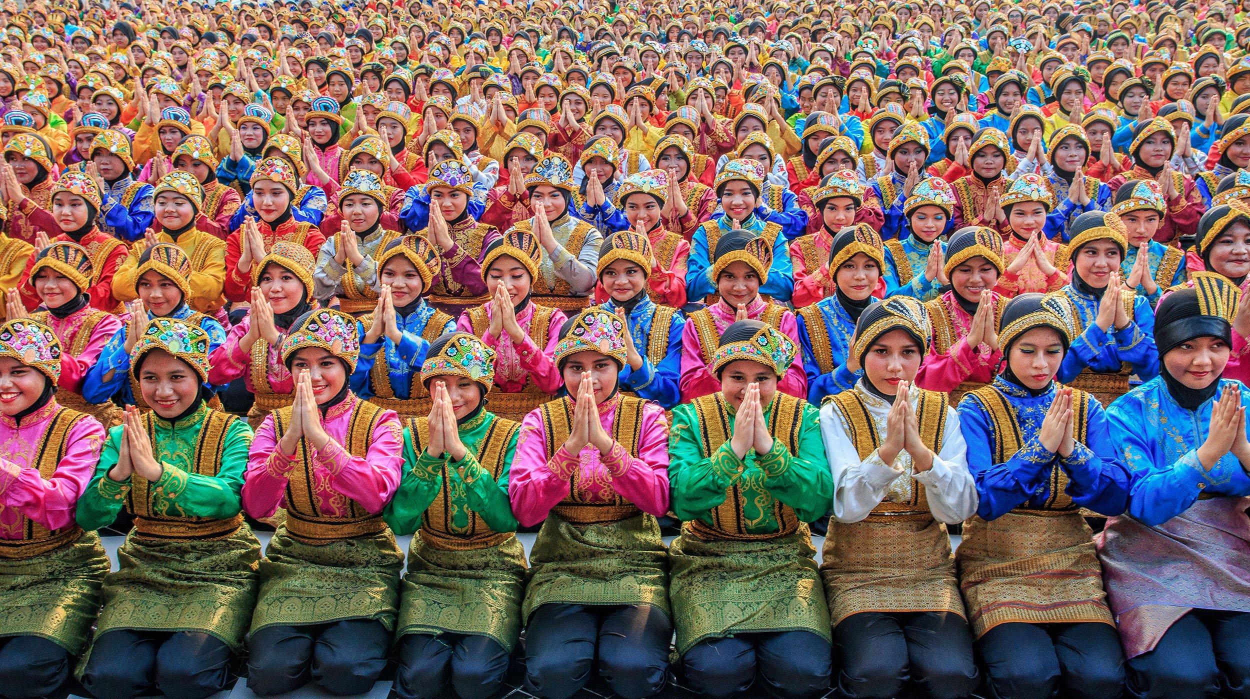 Donne in preghiera a un festival, fotografie a colori