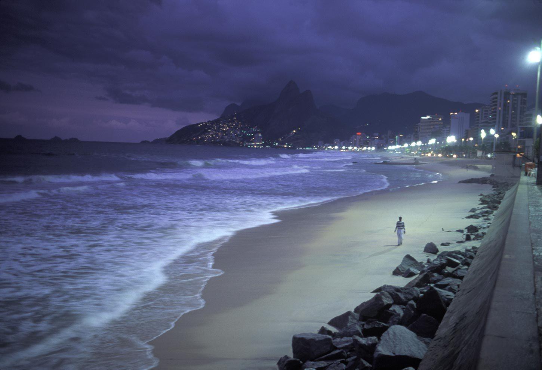 Homme sur la plage d'Ipanema, Rio de Janeiro, Brésil, 2000 de David Alan Harvey - Photographie et solitude