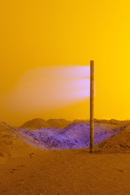 Fotografia a colori, paesaggio, nebbia gialla con luce viola