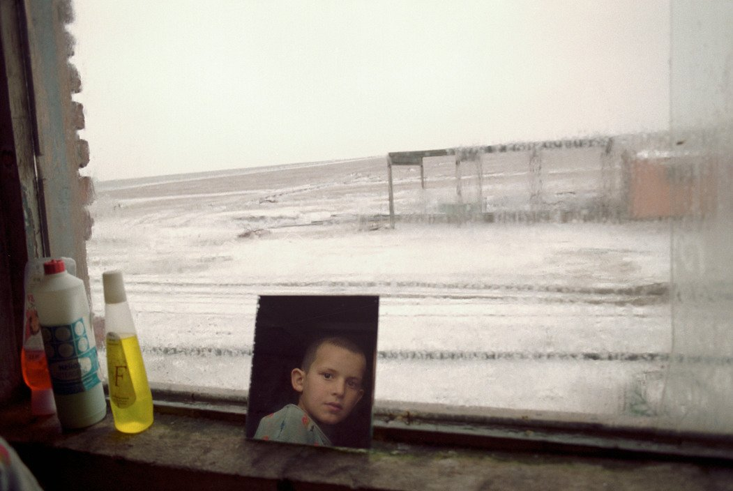 Chechen refugees living in neighbouring Ingushetia. Ingushetia, Russia 1999. © Thomas Dworzak / Magnum Photos