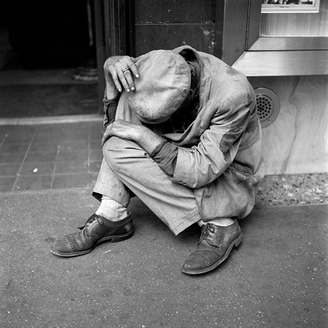 Sans-abri à New York, 1953 de Vivian Maier - Photographie et solitude