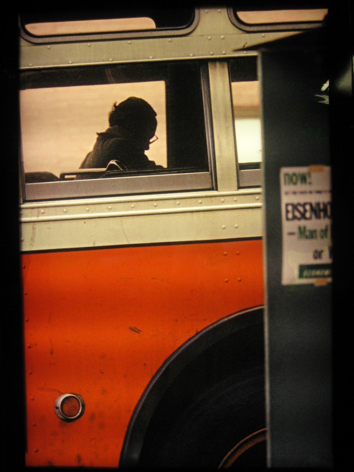 Man on Bus, États-Unis, 1957 © Saul Leiter