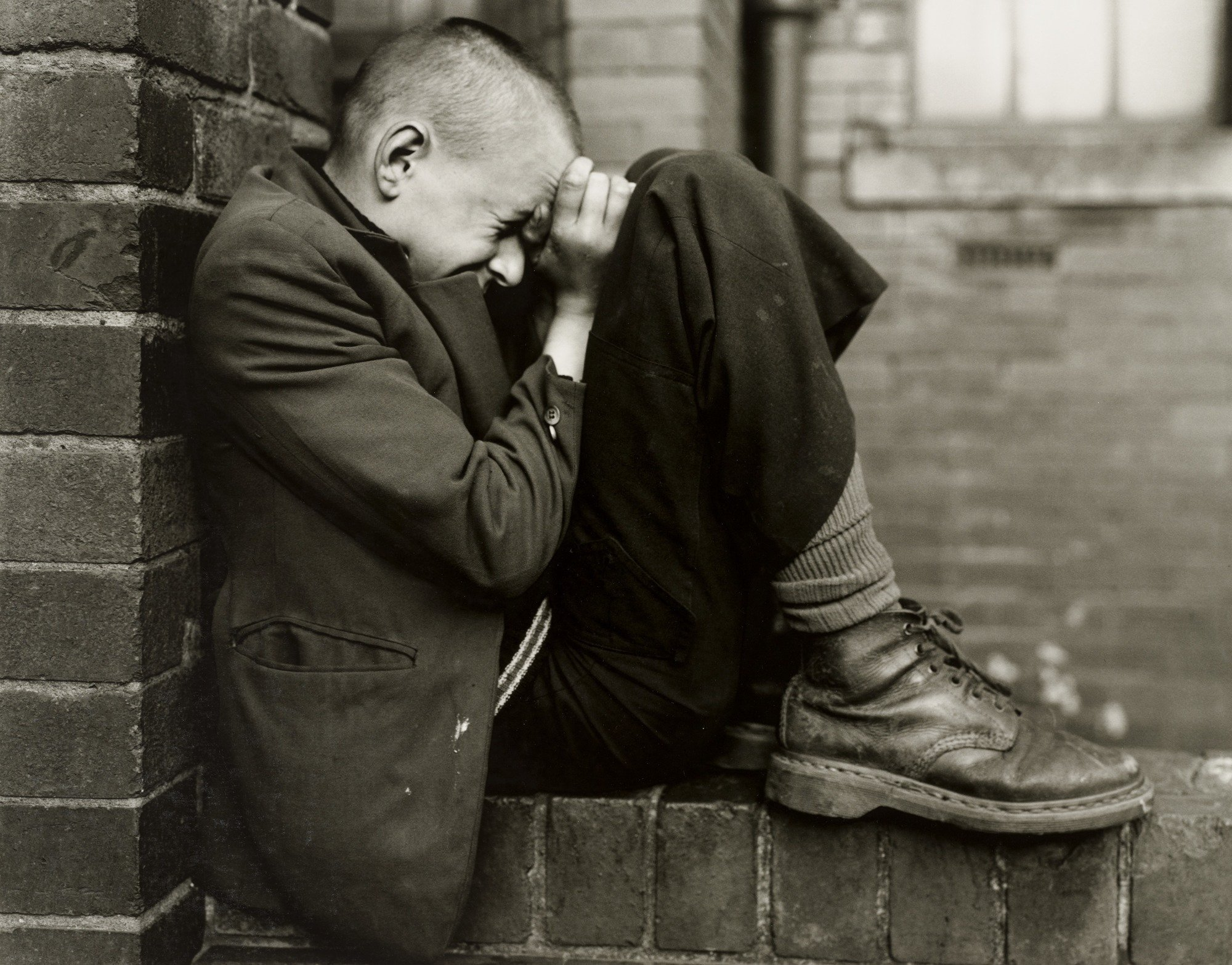 Youth on wall, Jarrow, Tyneside, Reino Unido, 1976 por Chris Killip - Fotografía y soledad