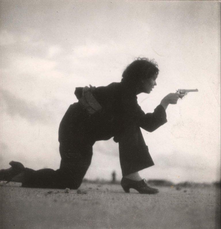 Femme s'entraînant pour la milice espagnole, Barcelone, 1936 © Gerda Taro Legendary Women in Photography