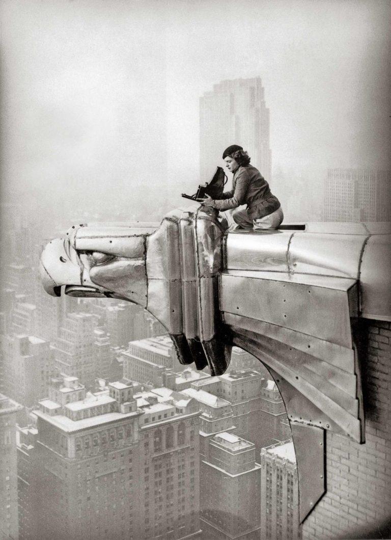 Margaret Bourke-White est perchée sur une gargouille à tête d'aigle, New York, 1935 © Oscar Graubner Legendary Women in Photography