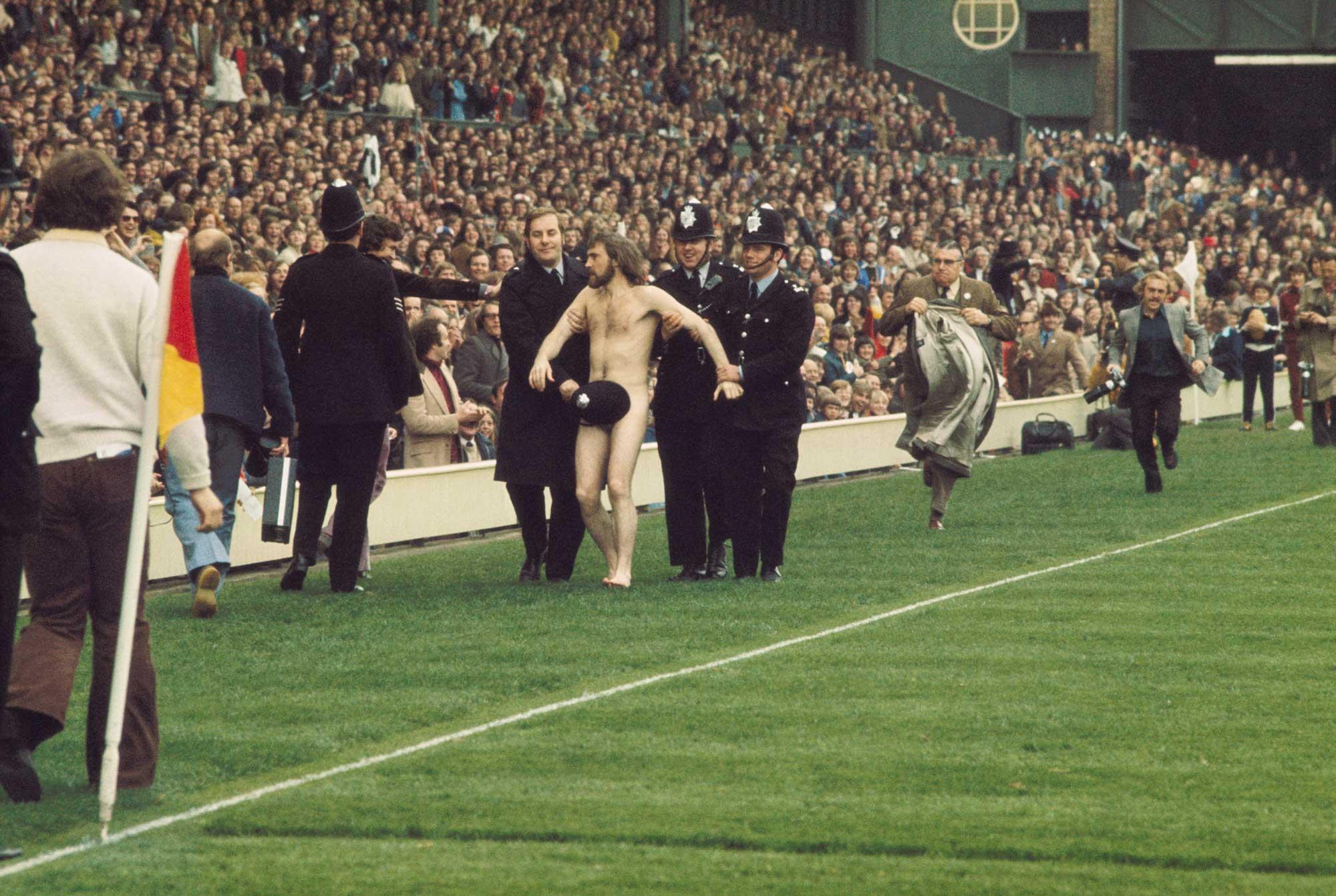 Color Sport Photography Ian Bradshaw Streaker Michael O'Brien ha arrestato una partita internazionale di rugby tra Inghilterra e Francia, 1974