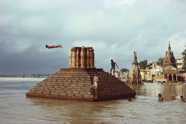 Uomo che si tuffa, inondazioni del Gange, Benares, Uttar Pradesh 1985 Raghubir Singh