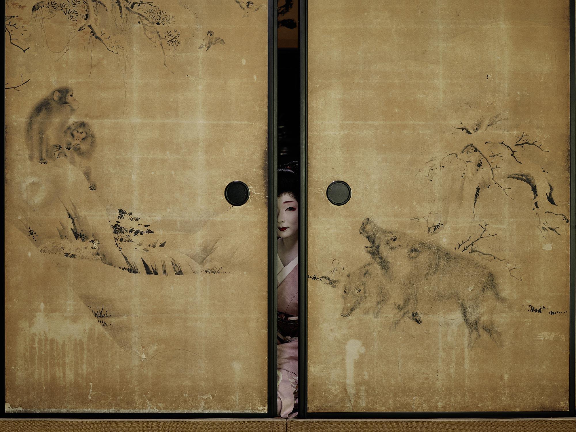Fotografia di ritratto di Geisha dietro il muro di Anoush Abrar
