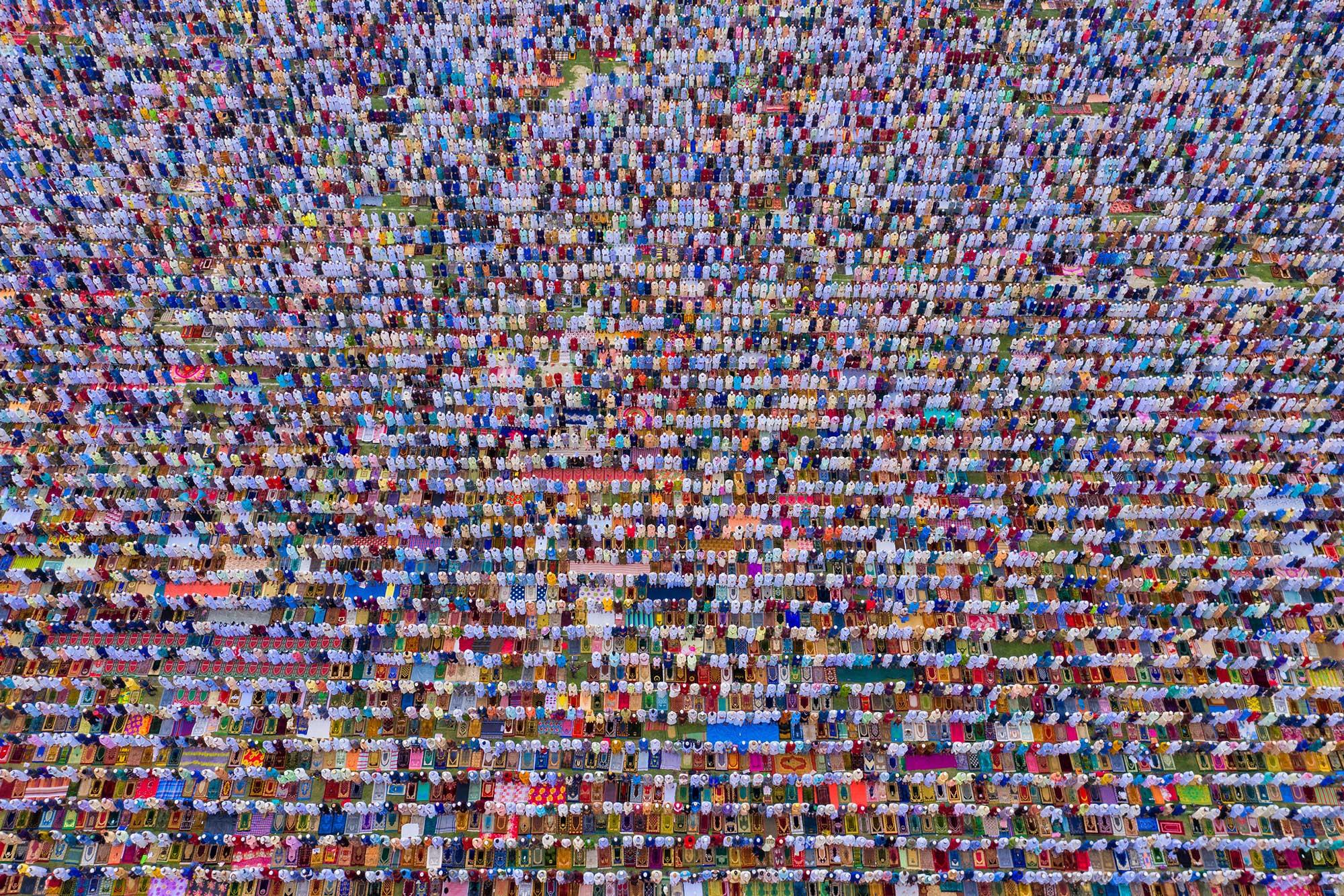 Folla dall'alto fotografia documentaria di Azim Khan Ronnie