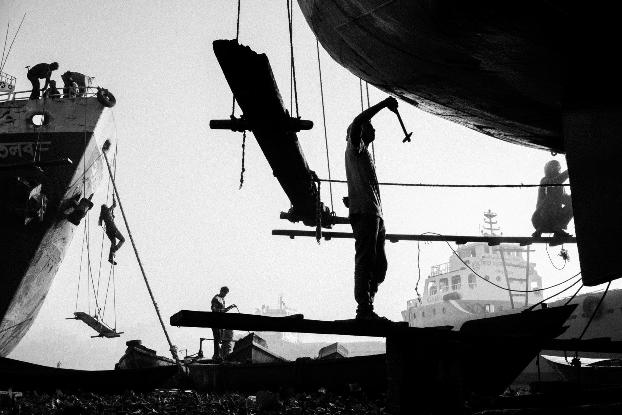 Fotografia documentaria Black and White in Bangladesh naufragio di navi di Graeme Heckels