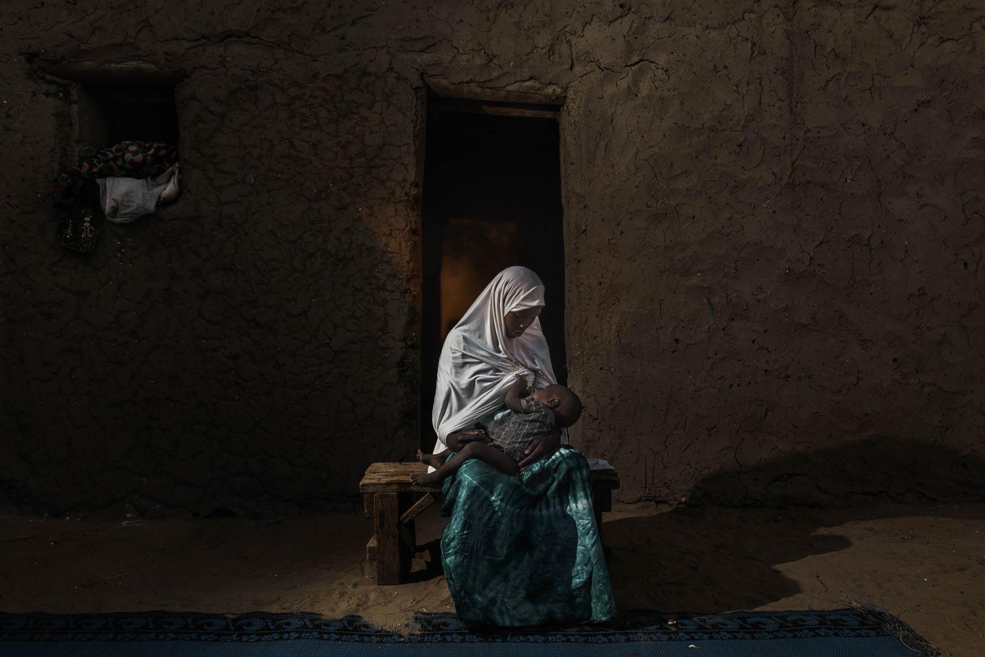 Fotografia documentaria Donna che allatta il suo bambino in Ciad di Marco Gualazzini