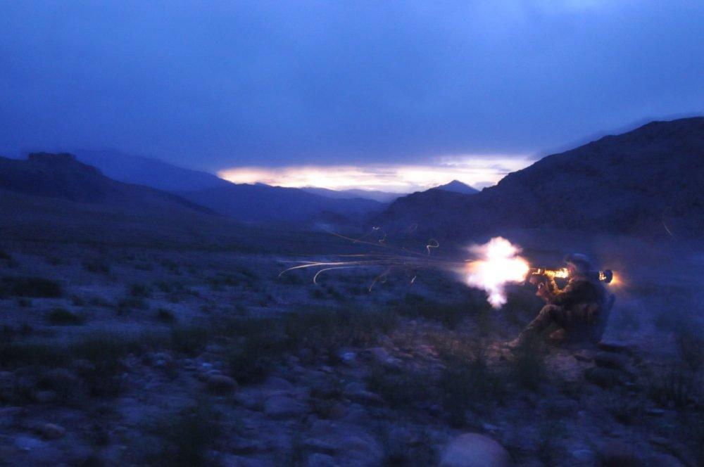 乔纳森·阿尔培里(Jonathan Alpeyrie)在托拉大本营附近进行射击训练时,一名军团士兵正在射击AT-4