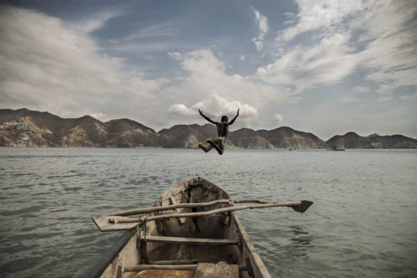 Homme sautant dans l'eau photographie par Germán Rodriguez Laverde