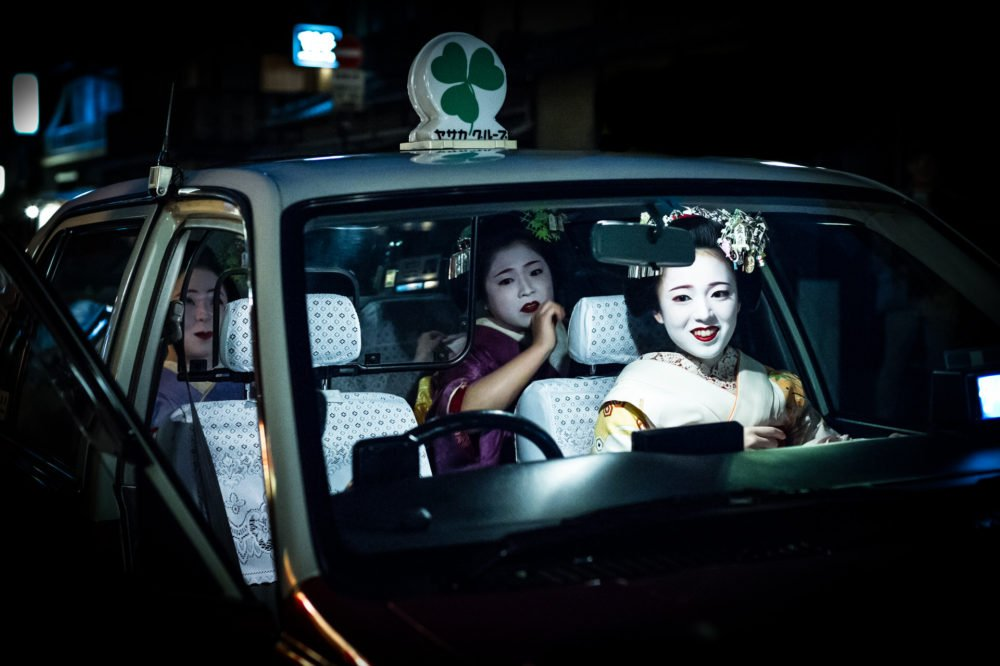 Maiko in japanese taxi
